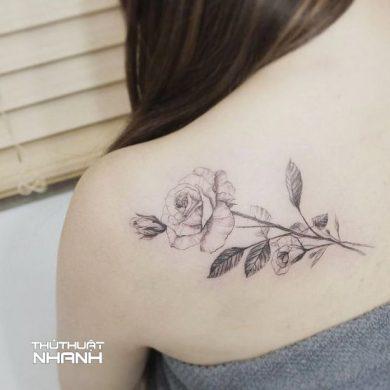 hình xăm hoa hồng nhỏ ở vai màu đen
