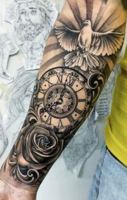 hình xăm hoa hồng và đồng hồ ở cánh tay