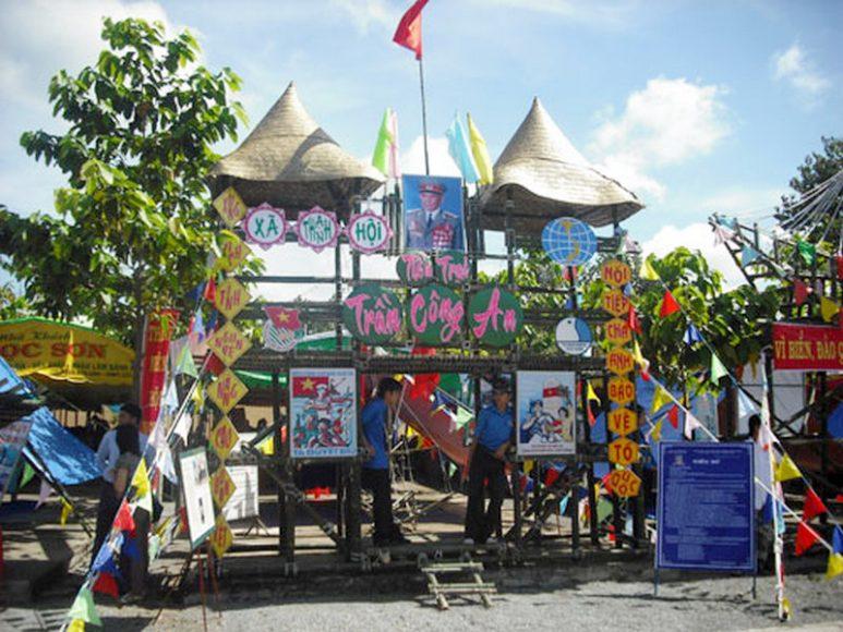 mẫu cổng trại kết hợp với thiên nhiên như resort