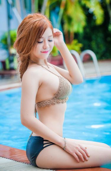 Ảnh girl xinh nóng bỏng với bộ bikini bên hồ bơi làm hình nền điện thoại