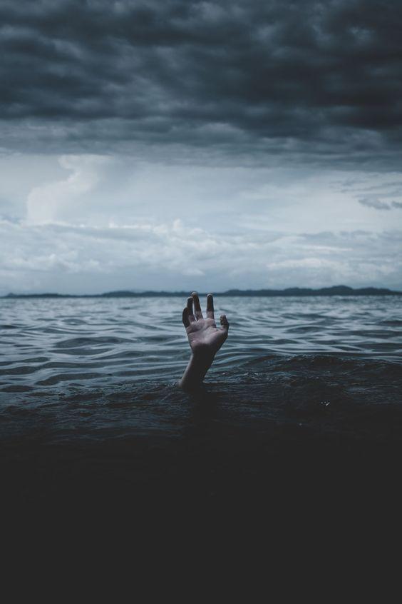 ảnh bàn tay bế tắc giữa biển cuộc đời