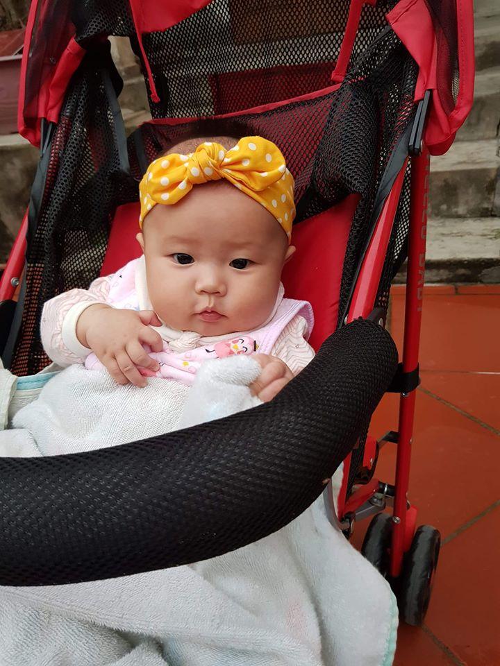 hình ảnh bé gái baby đang ngồi xe đẩy