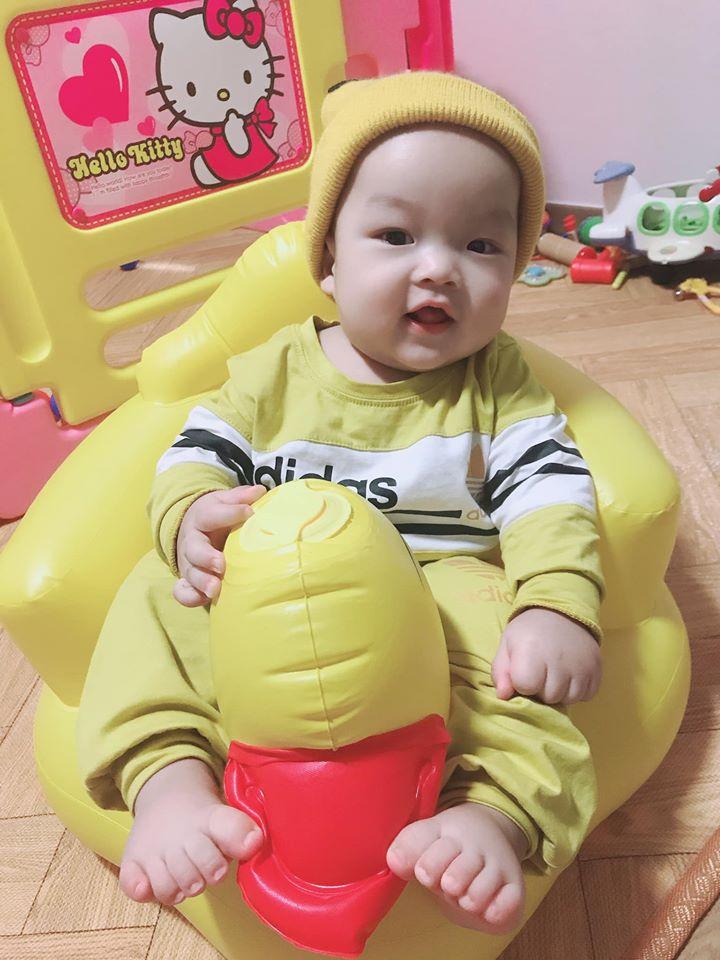 hình ảnh bé trai baby cute nhất đang ngồi ghế hơi