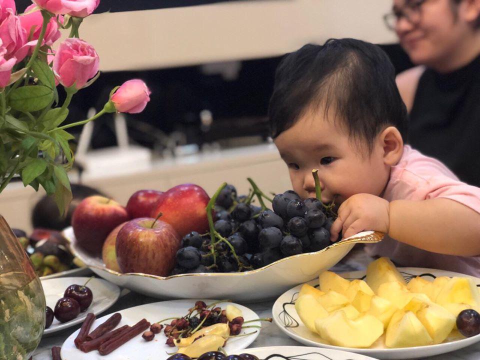 hình ảnh em bé baby đang ăn nho