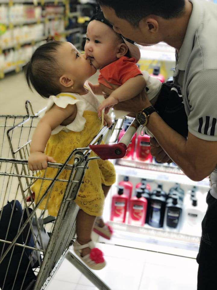 hình ảnh hai em bé baby đang hôn má nhau