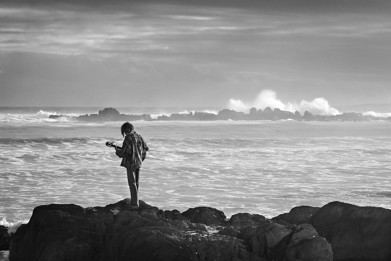 hình ảnh người con trai bế tắc bên bờ biển
