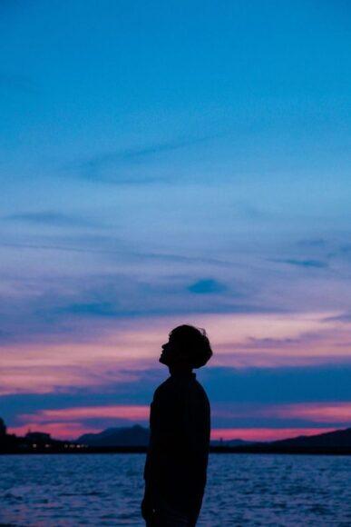 ảnh anime boy cô đơn một mình giữa biển trời
