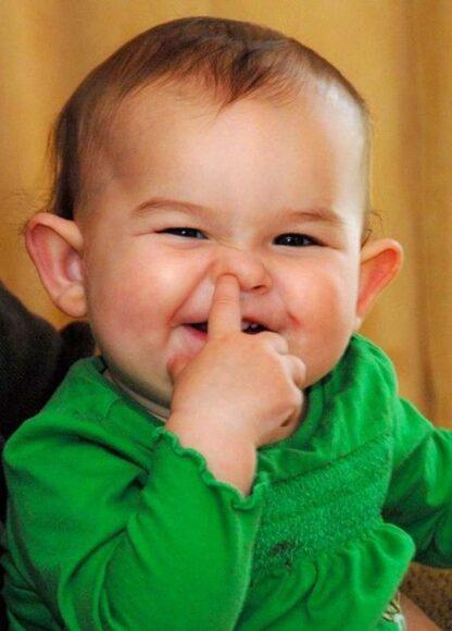 ảnh avatar hài em bé ngoáy lỗ mũi