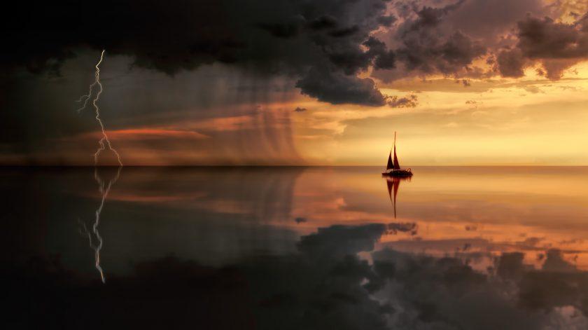 ảnh hoàng hôn buồn cũng chiếc thuyền và sấm sét