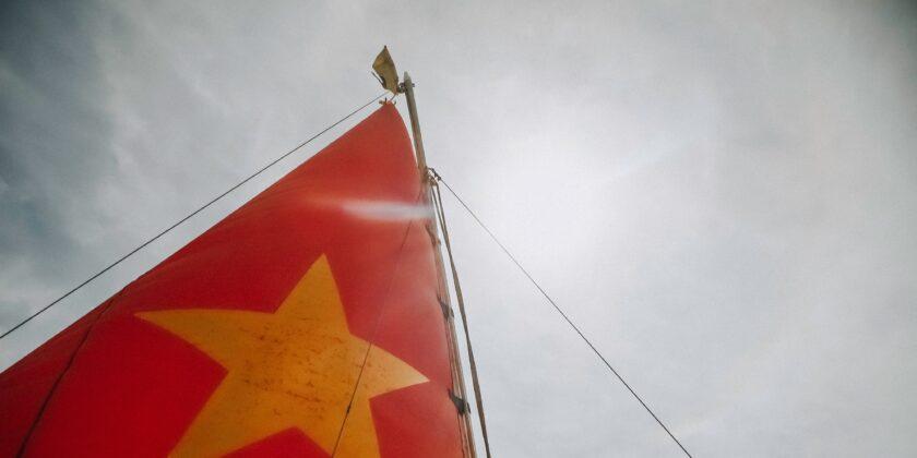 ảnh lá cờ Việt Nam - cánh buồm lộng gió hình nền đỏ sao vàng