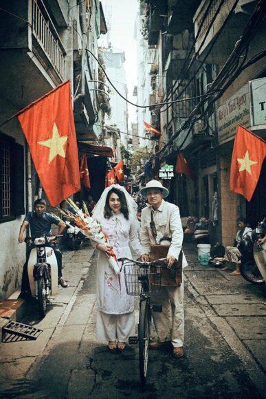 ảnh lá cờ Việt Nam - cặp đôi mỉm cười hạnh phúc bên những lá cờ
