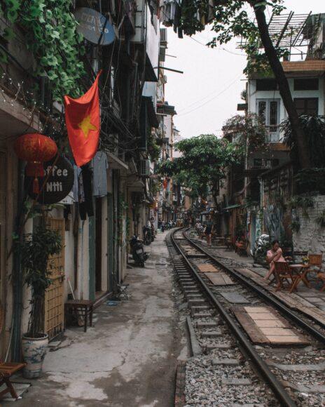 ảnh lá cờ Việt Nam - cờ được treo bên cạnh một tuyến đường sắt