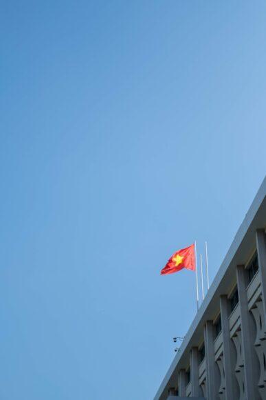 ảnh lá cờ Việt Nam - lá cờ bay giữa nền trời xanh trong