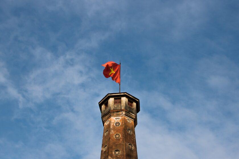 ảnh lá cờ Việt Nam - lá cờ phấp phới trên nóc