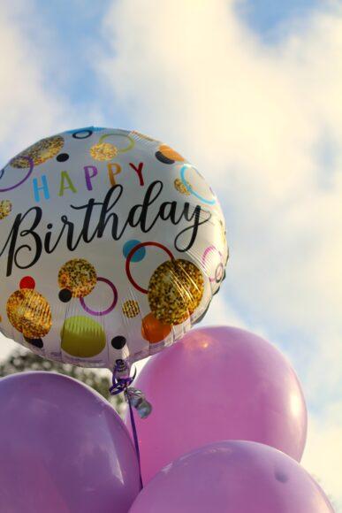 ảnh lời chúc mừng sinh nhật trên quả bóng bay trắng