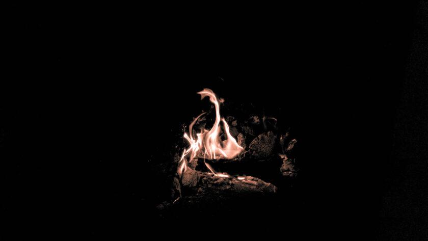 ảnh nền lửa cháy từ than gỗ