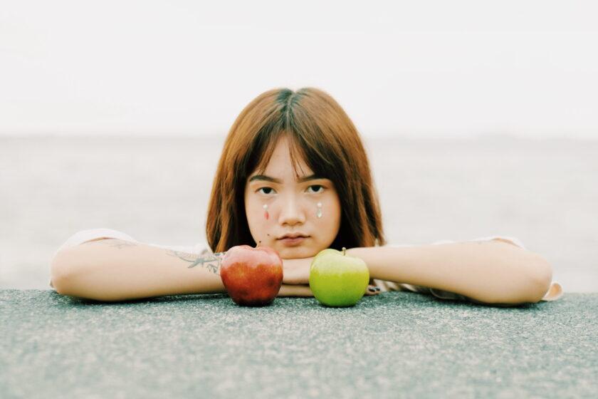 hình ảnh 2 quả táo và cô gái