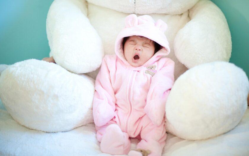 hình ảnh buồn ngủ của em bé dễ thương