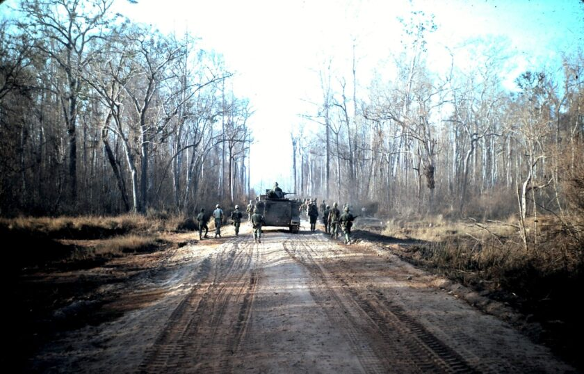 Hình ảnh chú bộ đội đang hành quân