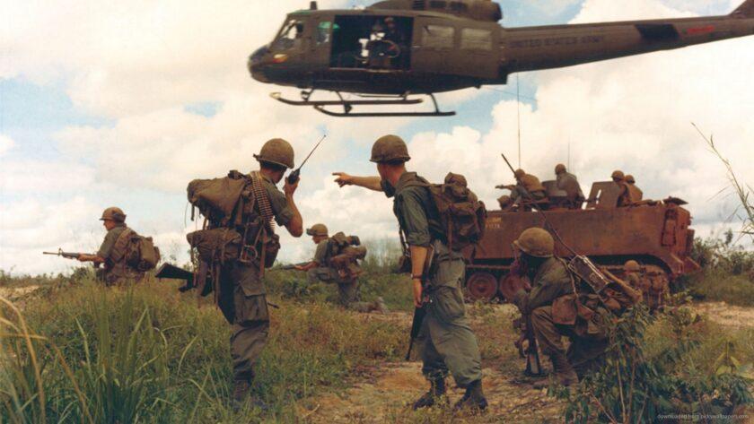 Hình ảnh chú bộ đội và máy bay trực thăng