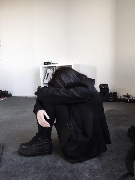hình ảnh cô gái buồn khóc