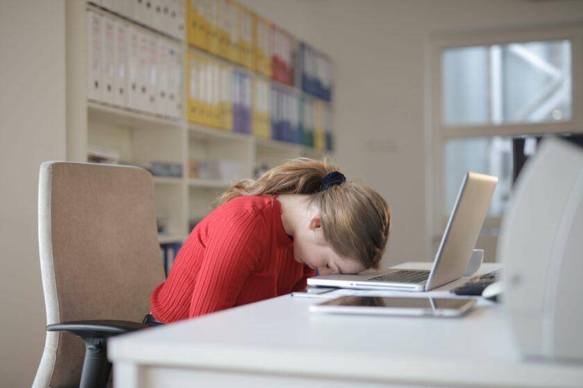 hình ảnh cô gái buồn ngủ trong giờ làm việc