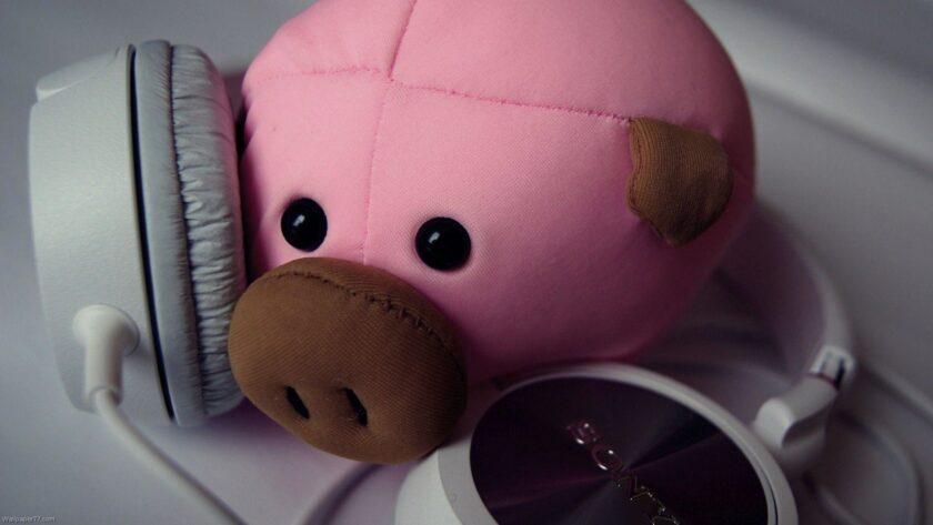 Hình ảnh con lợn bông và tai nghe