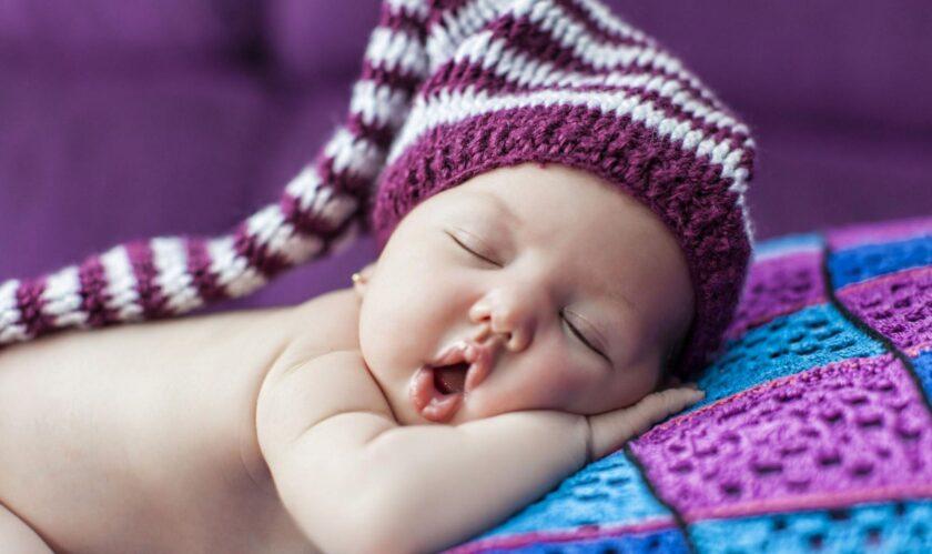 hình ảnh em bé buồn ngủ dễ thương
