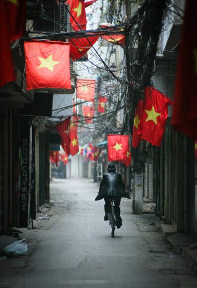 hình ảnh lá cờ Việt Nam - cờ treo trên một con đường vắng lặng