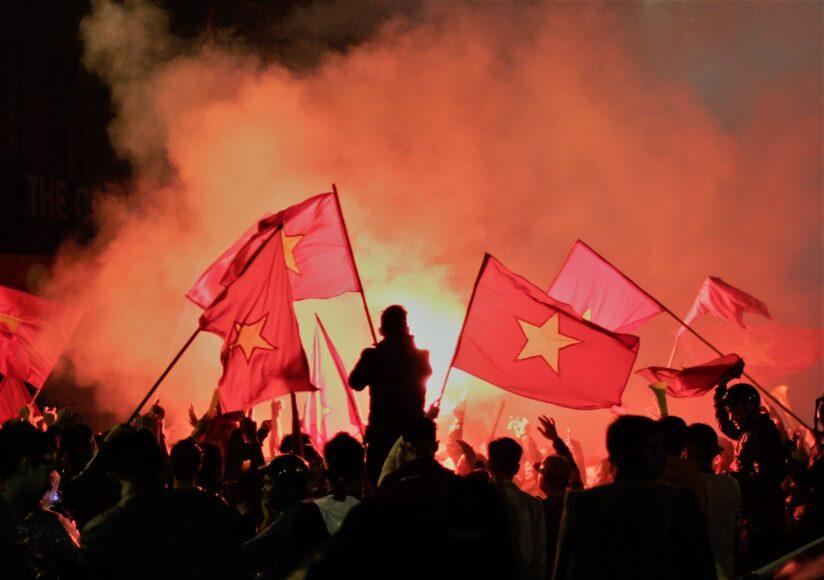 hình ảnh lá cờ Việt Nam - đám đông cổ vũ cùng lá cờ dân tộc