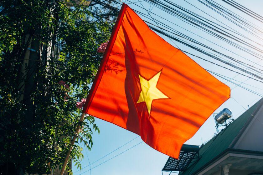 hình ảnh lá cờ Việt Nam - lá cờ bay dưới ánh nắng vàng