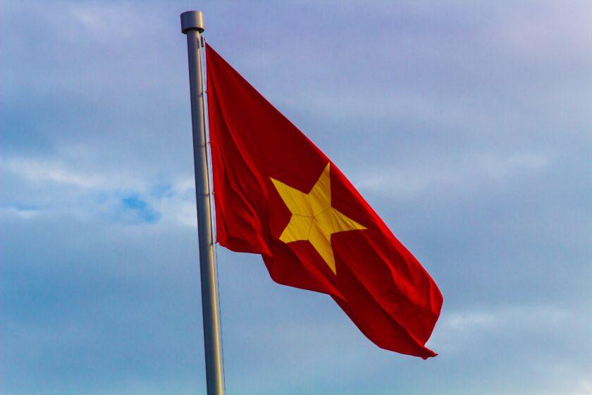 hình ảnh lá cờ Việt Nam - lá cờ tung bay theo gió