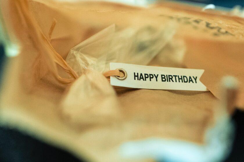 hình ảnh lời chúc mừng sinh nhật được trang trí trên món quà