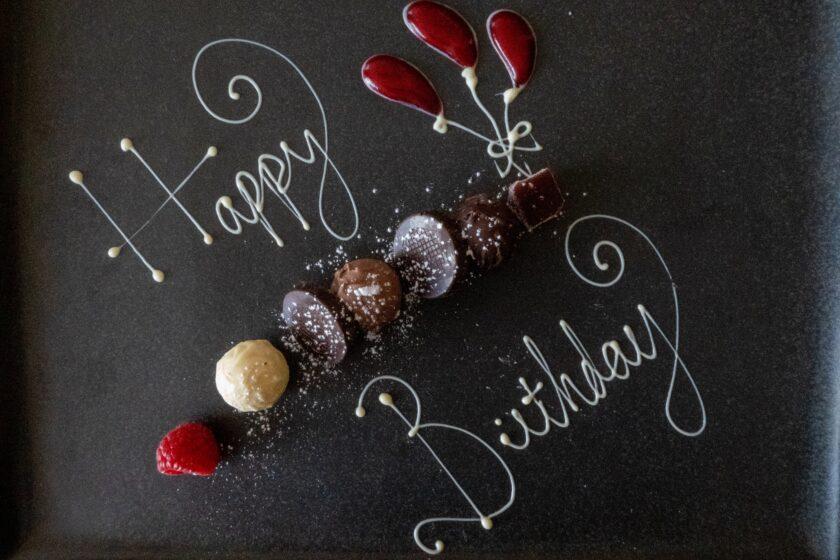hình ảnh lời chúc mừng sinh nhật trên nền đen đơn giản nhưng hút mắt