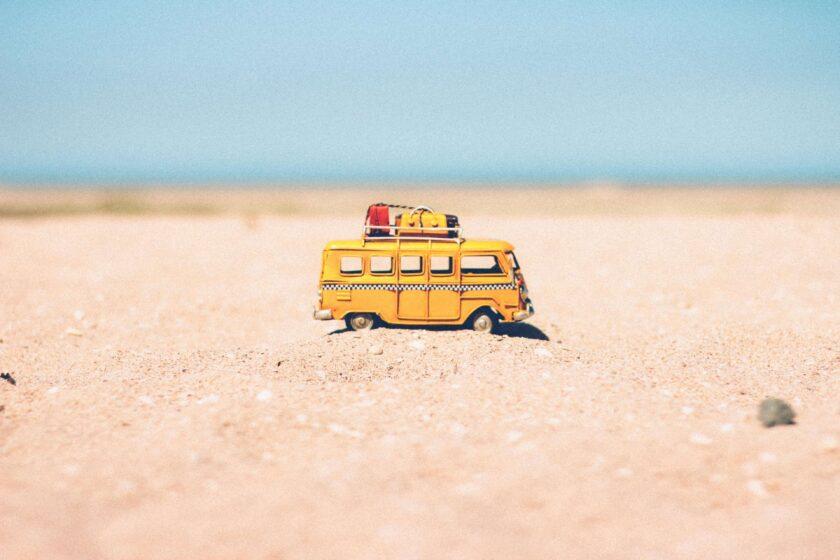 hình ảnh mùa hè và chiếc xe ô tô trên bờ biển