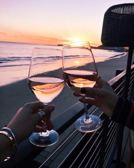 hình ảnh mùa hè và ly rượu vang