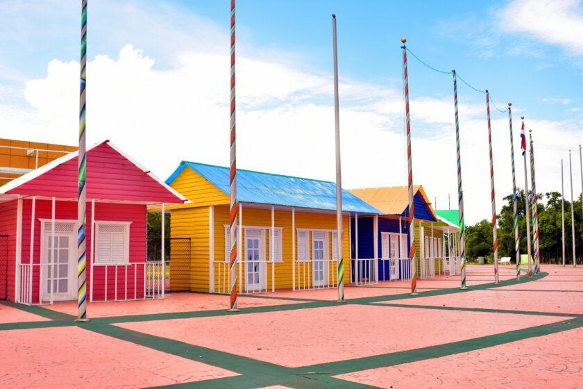 hình ảnh mùa hè với những ngôi nhà sắc màu