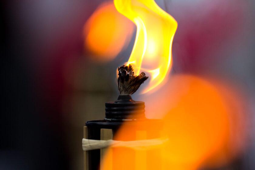 hình ảnh ngọn lửa cháy vàng rực trên bấc đèn