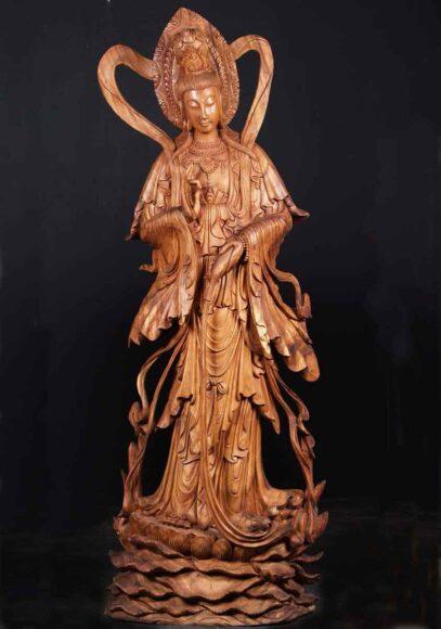 Hình ảnh Phật Quan Âm bằng tượng gỗ đang cứu độ chúng sinh