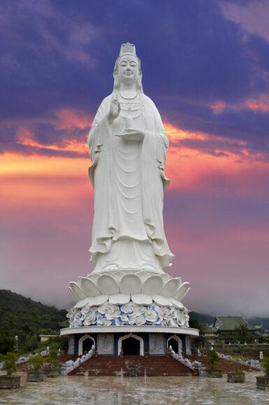 Hình ảnh Phật Quan Âm sừng sững uy nghiêm