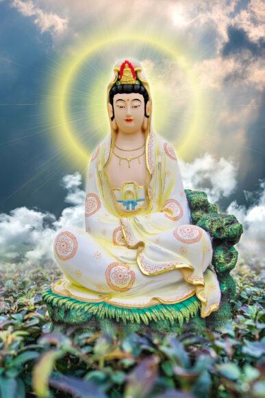 Hình ảnh Phật Quan Âm trên đầm sen