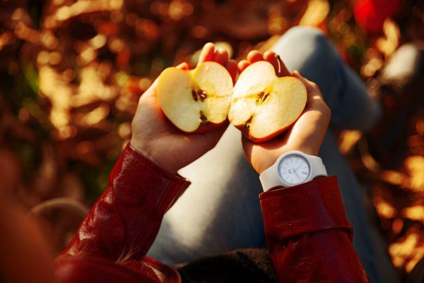 hình ảnh quả táo chẻ đôi trong tay cô gái