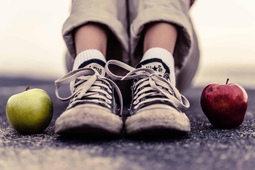 hình ảnh quả táo và đôi giày