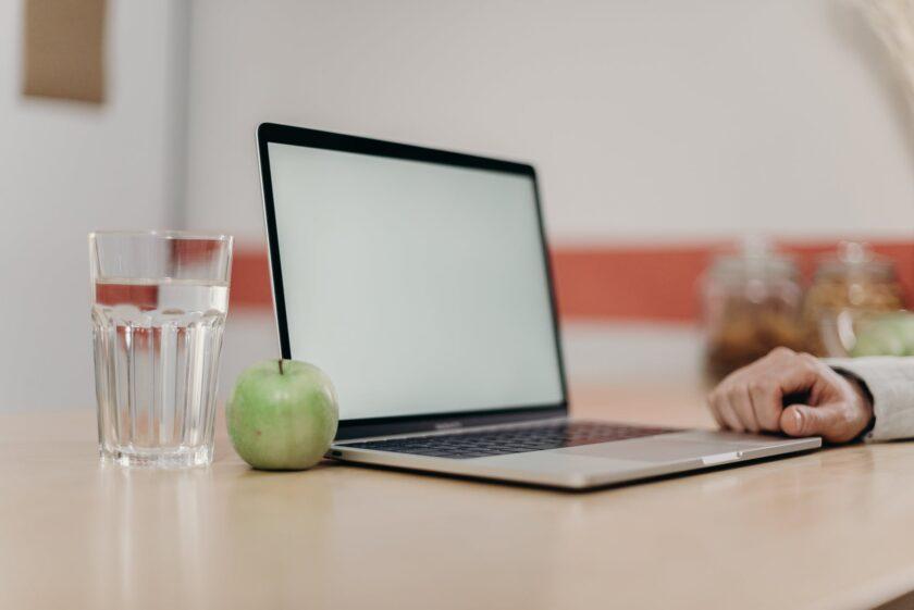 hình ảnh quả táo và laptop