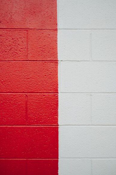 hình ảnh vệt sơn đỏ cạnh vết sơn trắng trên tường gạch