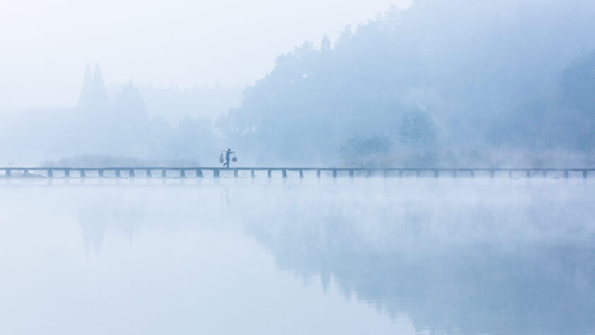 hình nền con người giữa thiên nhiên mùa đông sương mù