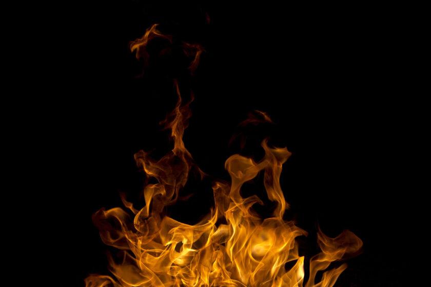 hình nền đám lửa trong màn đêm đen