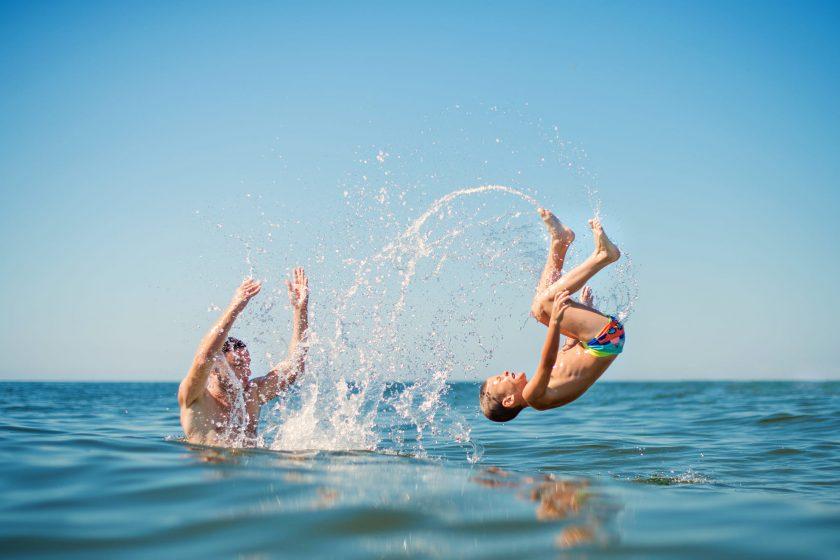 hình nền hai cha con đang nô đùa vui vẻ trên biển