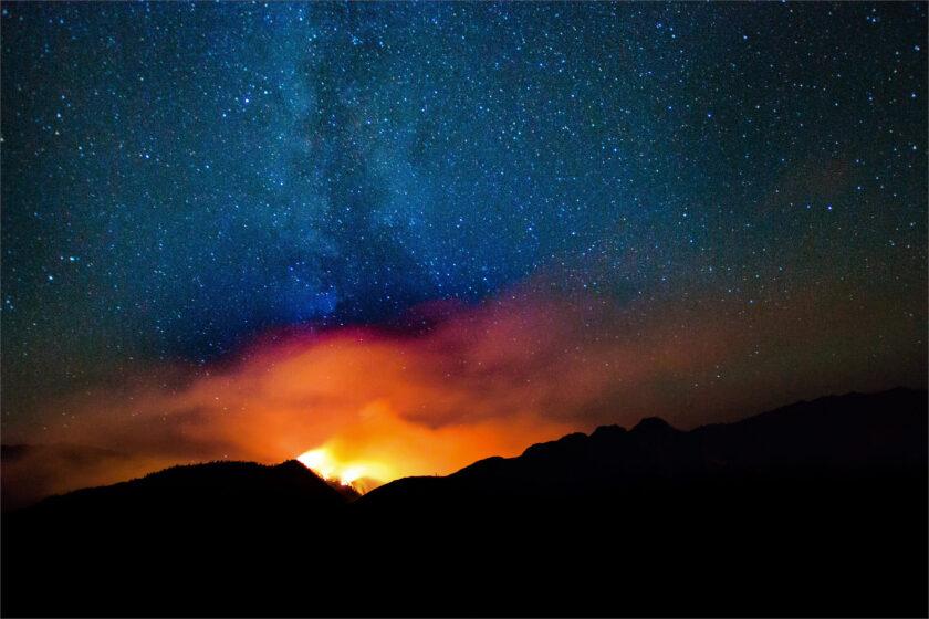 hình nền lửa sáng rực bầu trời từ một đám cháy rừng