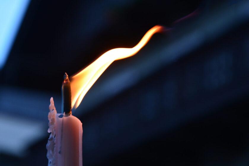 hình nền ngọn lửa cháy trên cây nến hồng